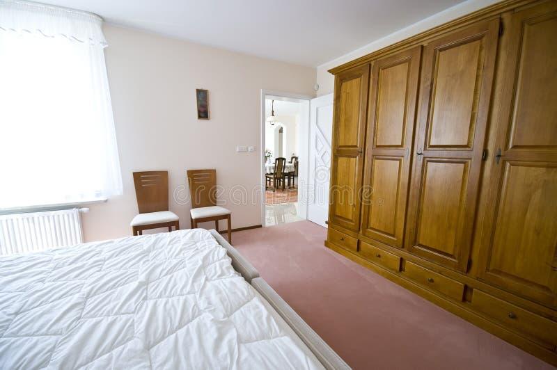 Houten Slaapkamer Kast : Slaapkamer met massief houten persoonsbed u