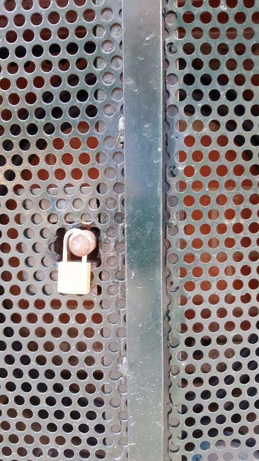 De kast van het Padlockedmetaal met ronde knipselgaten royalty-vrije stock fotografie