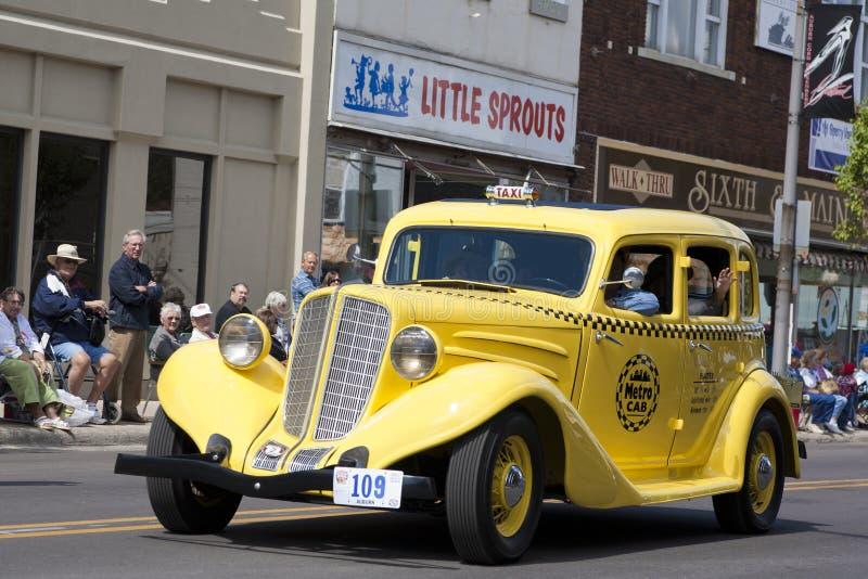 De kastanjebruine Gele Cabine van de Taxi stock afbeelding
