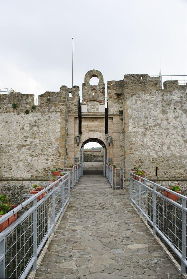 De kasteelingang Aragonese van Agropoli-dorp, Italië stock afbeelding
