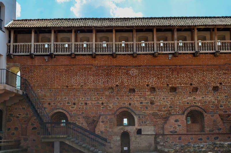 De kasteelmuur met uitvluchten stock afbeelding