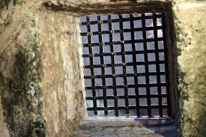 De kasteelveiligheid omvat ijzerrooster aan kerker royalty-vrije stock foto