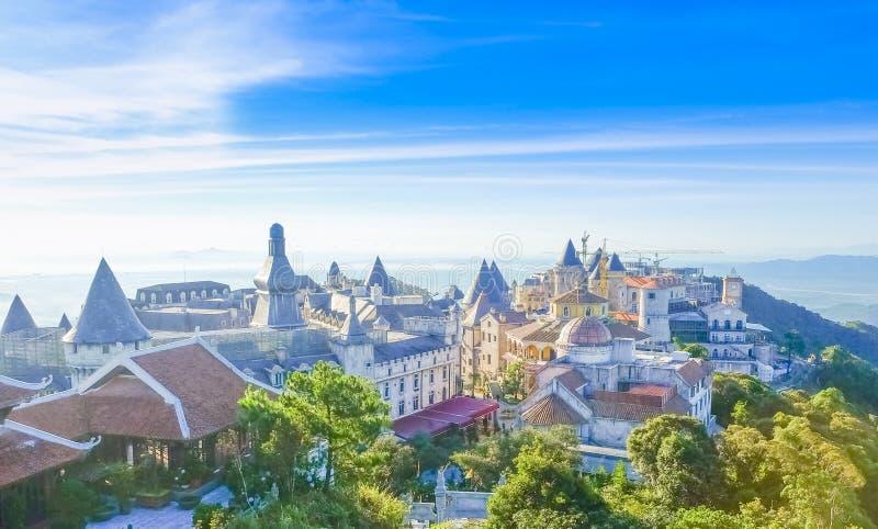 De kastelen is behandeld met mist bij Bana-Heuvels, Da Nang, Vietnam stock fotografie