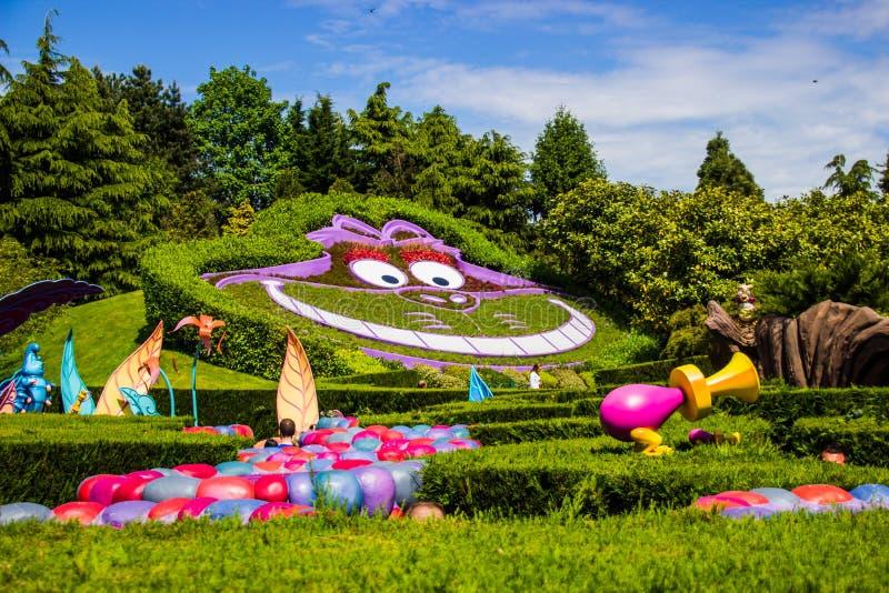 De kat van Cheshire in Alice in Sprookjesland Het Nieuwsgierige Labyrint van Alice ` s Disneyland Parijs vijftiende Anniversarry royalty-vrije stock afbeeldingen