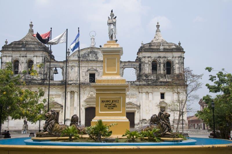 De kathedraal centraal park Nicaragua van de fontein leon royalty-vrije stock fotografie
