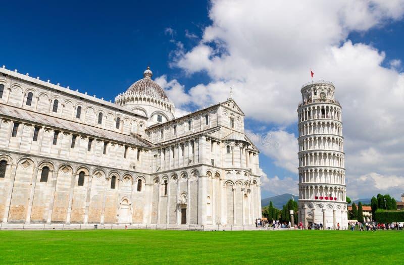 De Kathedraal Duomo Cattedrale van Pisa en Leunende Toren Torre op Piazza del Miracoli vierkant stock foto