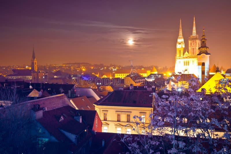 De kathedraal en cityscape van Zagreb de mening van de avondkomst stock afbeeldingen