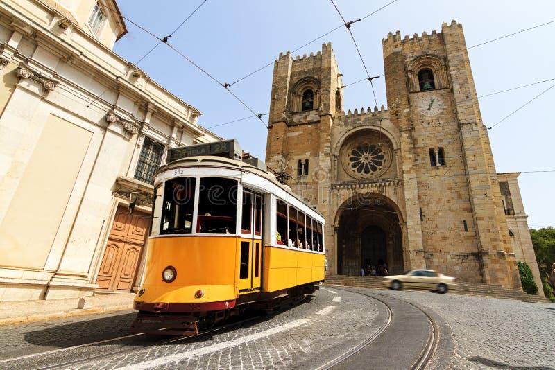 De Kathedraal en de tram van Lissabon stock afbeelding