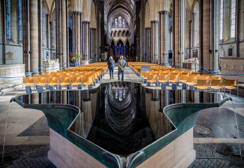 De Kathedraal hoofddiezaal en bezinning van Salisbury in doopvont in Salisbury, Wiltshire wordt genomen royalty-vrije stock foto's