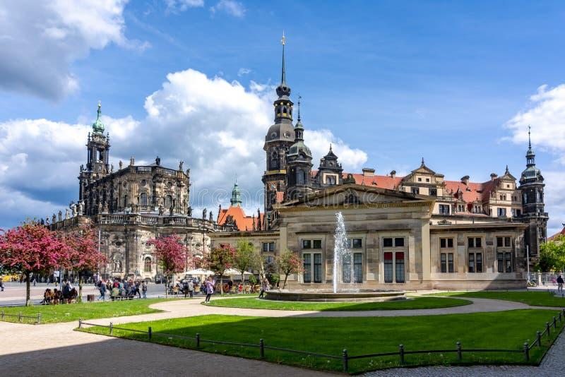 De Kathedraal Katholische Hofkirche van Dresden en het Kasteel van Dresden, Duitsland royalty-vrije stock fotografie