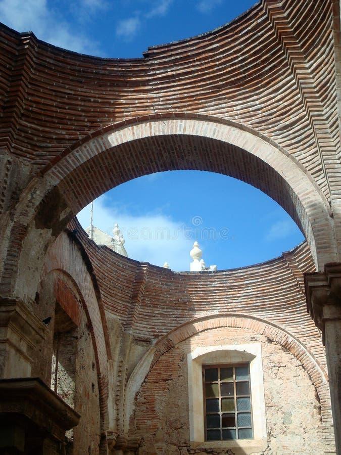 De kathedraal van Antiguaguatemala ruïneert bogen royalty-vrije stock afbeelding