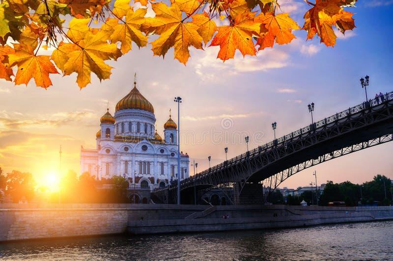 De Kathedraal van Christus de de Verlosser en Patriarshy-brug bij de herfstzonsondergang in Moskou, Rusland royalty-vrije stock fotografie