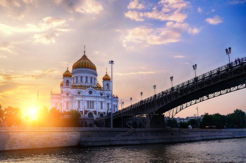 De Kathedraal van Christus de de Verlosser en Patriarshy-brug bij de zomerzonsondergang in Moskou, Rusland stock afbeelding