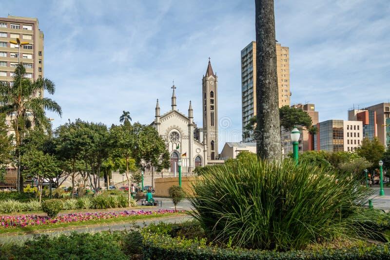 De Kathedraal van Dante Alighieri Square en van Santa Teresa D ` Avila - Caxias do Sul, Rio Grande doet Sul, Brazilië royalty-vrije stock afbeeldingen