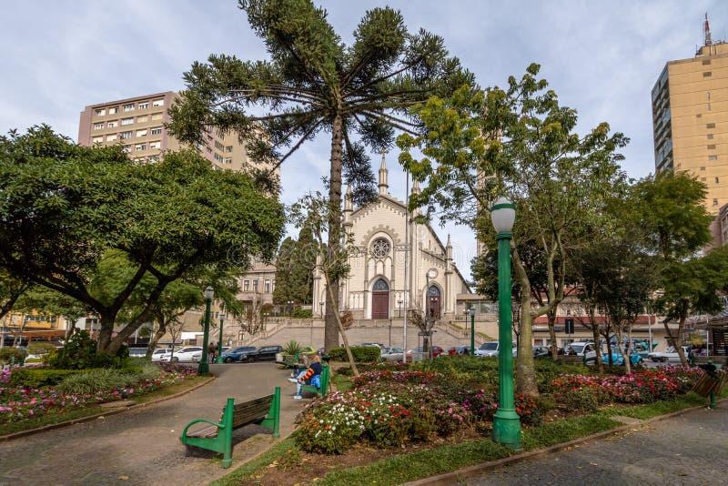 De Kathedraal van Dante Alighieri Square en van Santa Teresa D ` Avila - Caxias do Sul, Rio Grande doet Sul, Brazilië stock fotografie