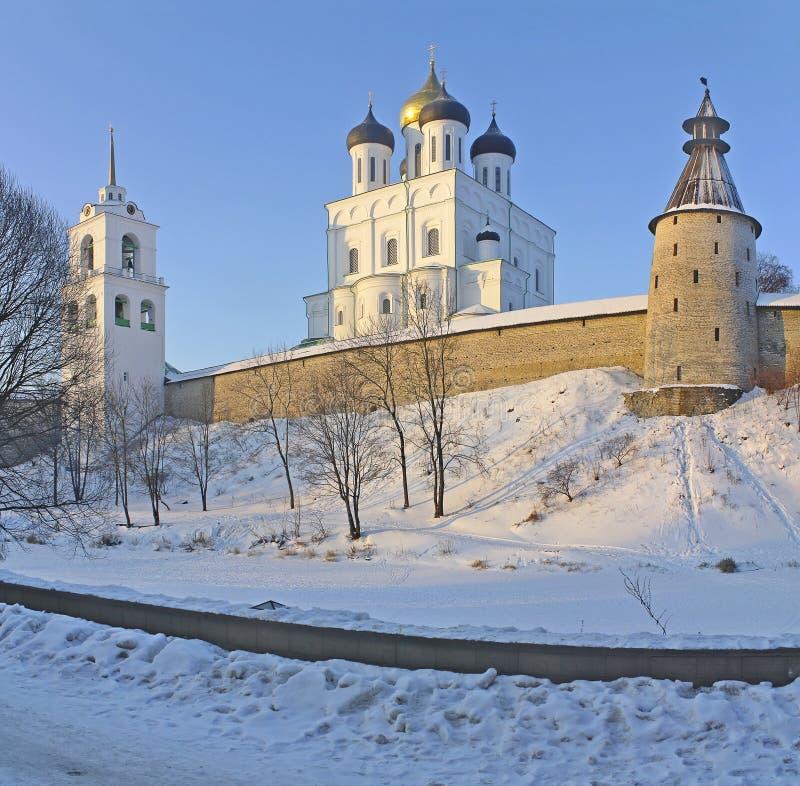 De Kathedraal van de drievuldigheid in Pskov stock fotografie