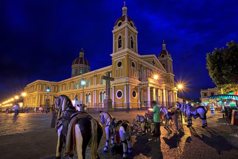 De Kathedraal van Granada bij nacht, Nicaragua, Midden-Amerika stock foto