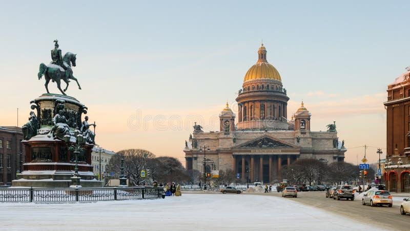 De Kathedraal van heilige Isaac en het Monument aan Keizer Nicholas I stock fotografie