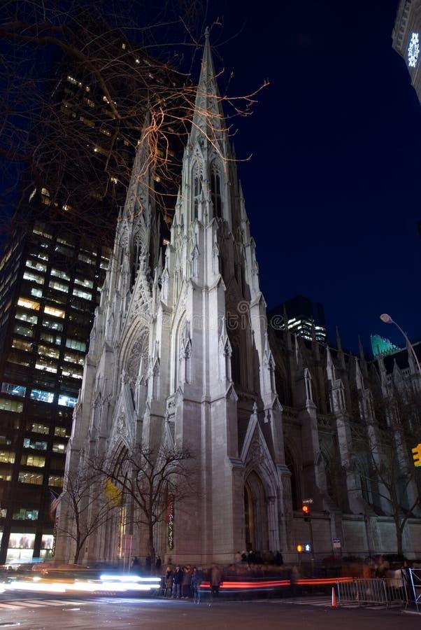 De Kathedraal van heilige Patrick bij nacht stock fotografie
