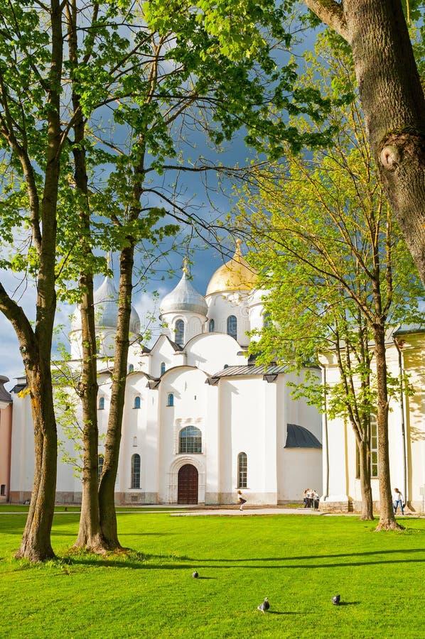 De kathedraal van heilige Sophia in de lentedag en mensen die in Veliky Novgorod, Rusland lopen stock foto
