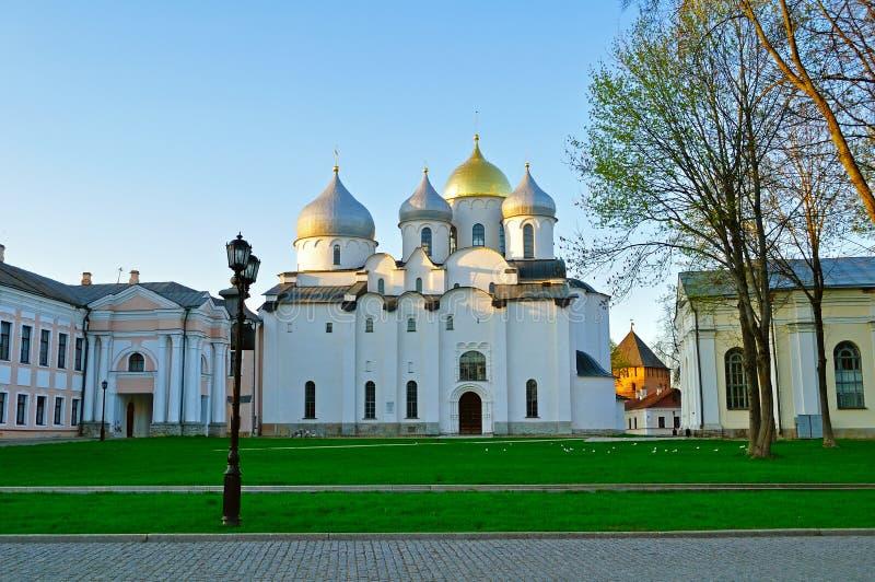 De kathedraal van heilige Sophia Orthodox bij de lente kleurrijke zonsondergang in Veliky Novgorod, Rusland stock foto's