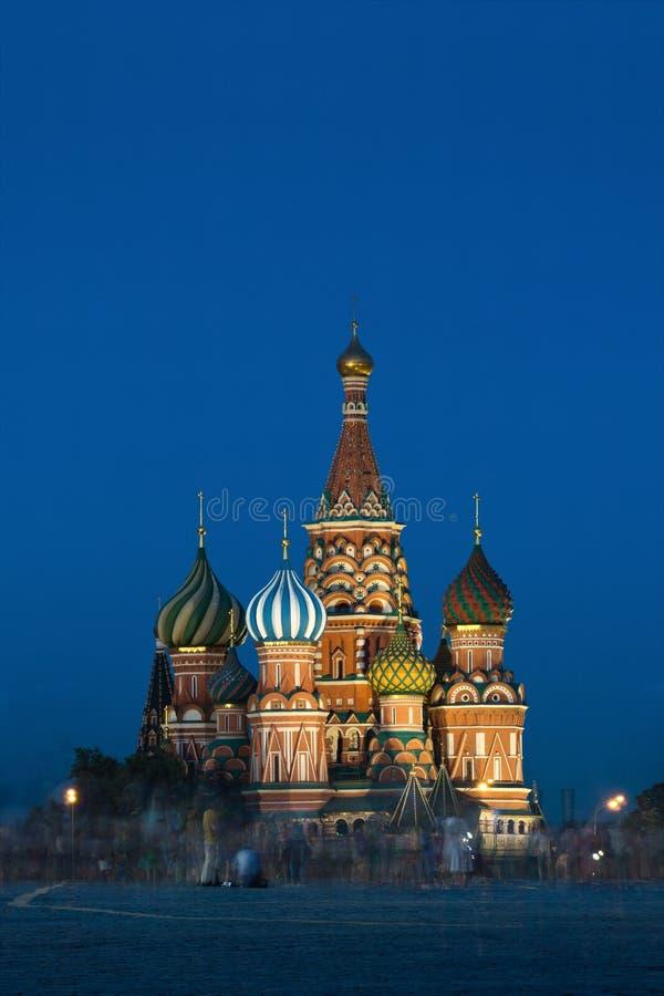 De Kathedraal van het Basilicum van heilige in Moskou Rusland in de avond met mooie verlichting stock foto