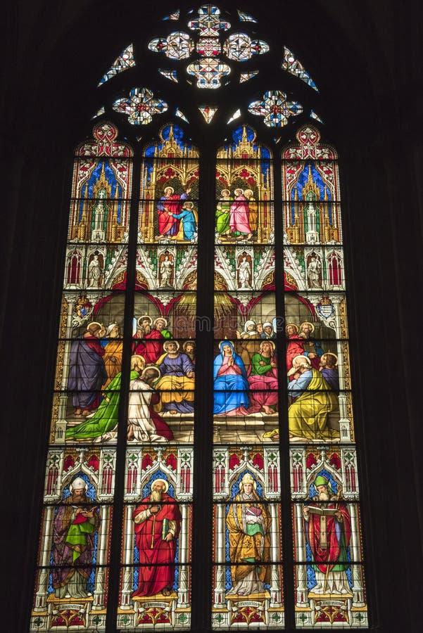 De Kathedraal van het gebrandschilderd glasvenster van Keulen stock afbeeldingen