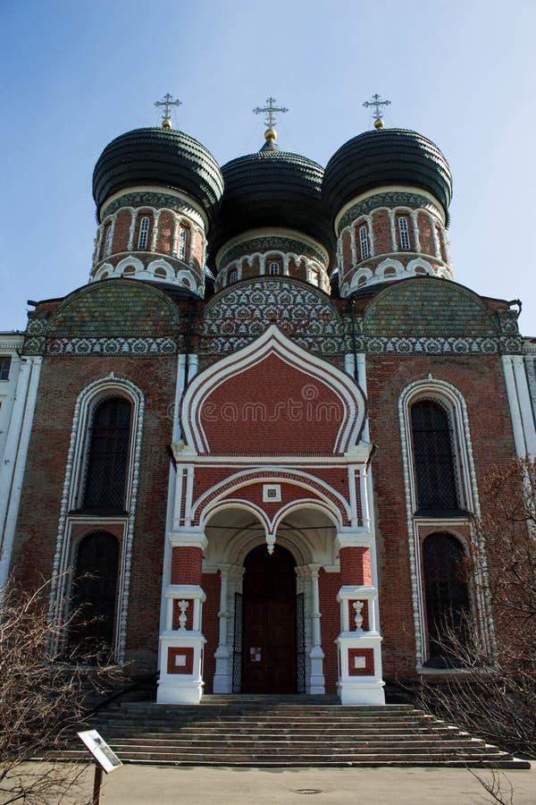 De Kathedraal van de interventie van heilig Virgin, de ingangspoort Izmailovo, Moskou stock afbeelding