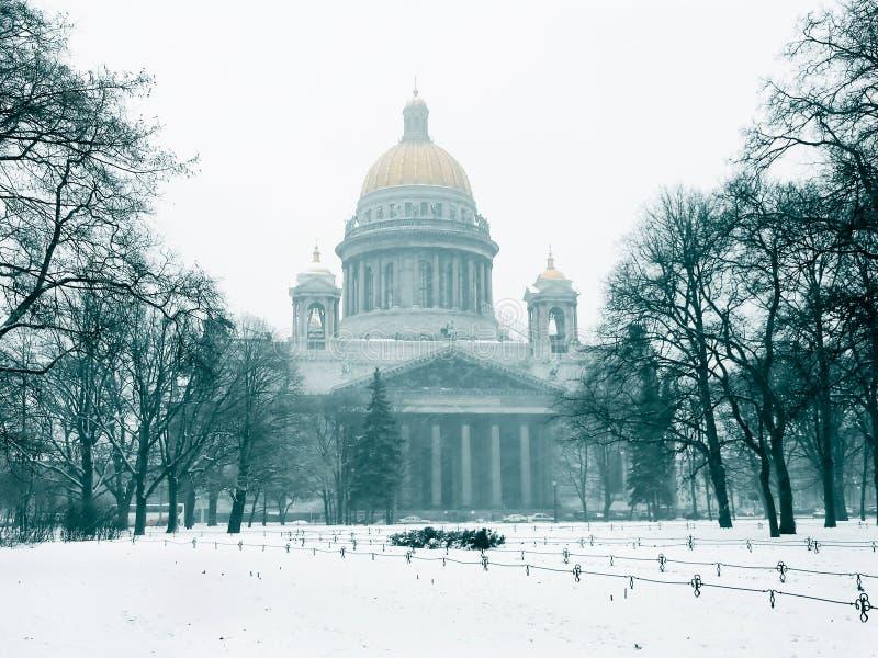 De kathedraal van Isaac in de winter royalty-vrije stock afbeelding