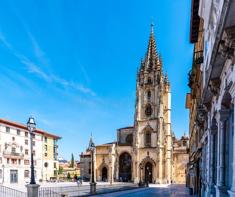 De Kathedraal van Oviedo tegen blauwe hemel royalty-vrije stock foto's