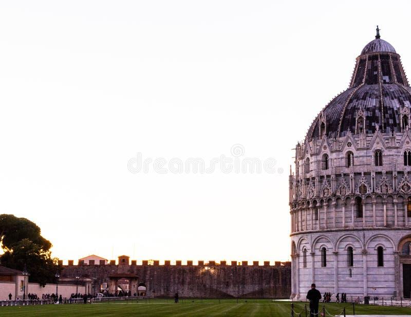 De Kathedraal van Pisa en de legendarische leunende toren in een heldere maar koude zonnige dag royalty-vrije stock foto's