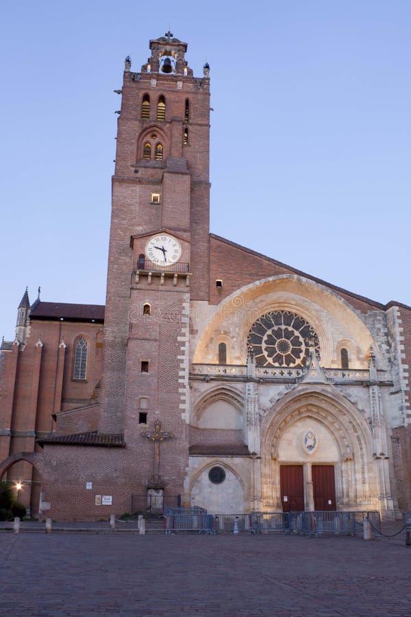 De kathedraal van Saint-Etienne in Toulouse en zijn klokketoren stock afbeelding