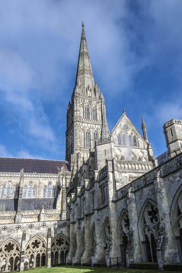 De Kathedraal van Salisbury, Wiltshire die, Engeland - de interne binnenplaats, het gebrandschilderde glas, de vensters en de ber stock fotografie