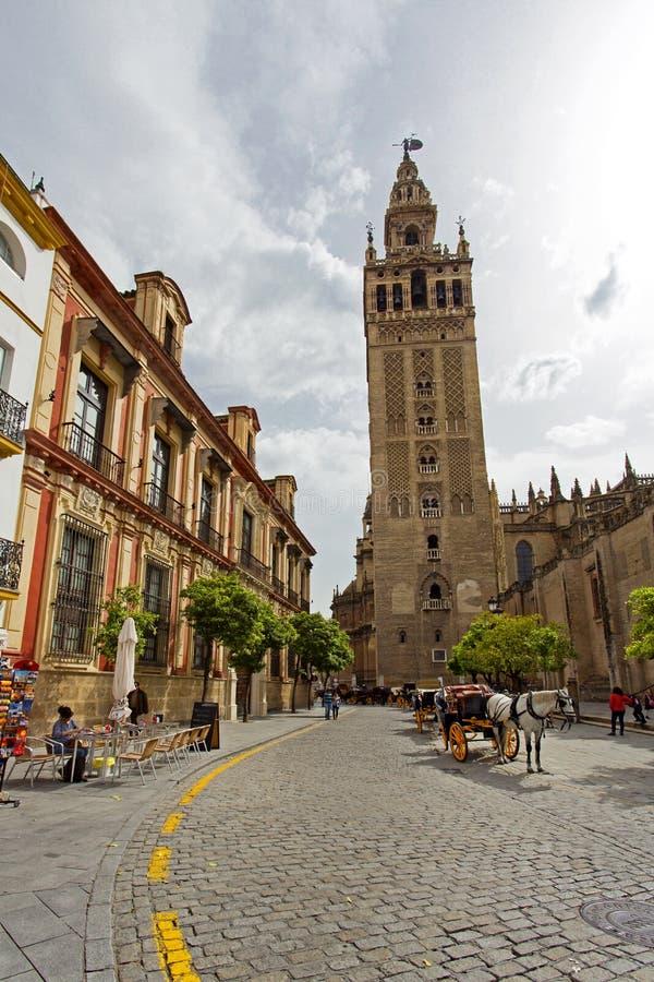 De Kathedraal van Sevilla met de Giralda-meningen van Piazza Virg stock afbeelding