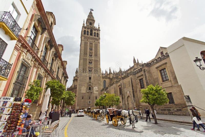 De Kathedraal van Sevilla met de Giralda-meningen van Piazza Virg royalty-vrije stock foto's