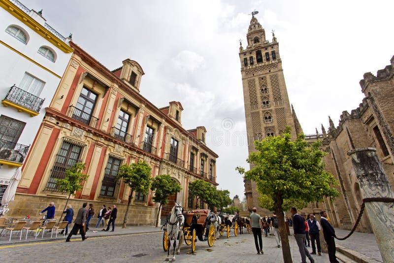 De Kathedraal van Sevilla met de Giralda-meningen van Piazza Virg royalty-vrije stock afbeeldingen
