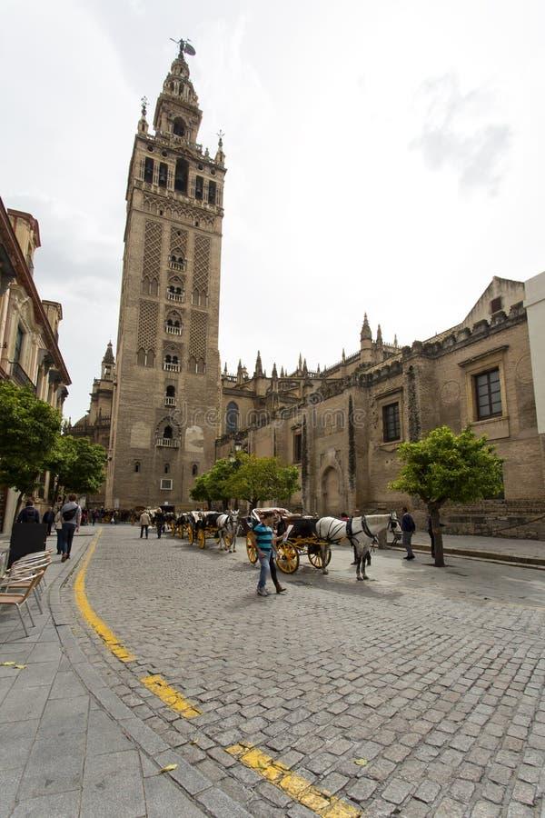 De Kathedraal van Sevilla met de Giralda-meningen van Piazza Virg royalty-vrije stock fotografie