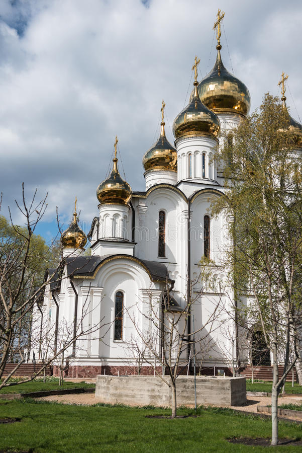 De kathedraal van Sinterklaas (Nikolsky) vanuit het gezichtspunt van de de lentetuin stock afbeelding