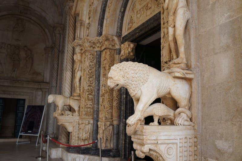De kathedraal van St Lawrence, Rooms-katholiek drievoudig-naved basiliek in Romaans-Gotische stijl, Trogir wordt geconstrueerd di royalty-vrije stock afbeelding
