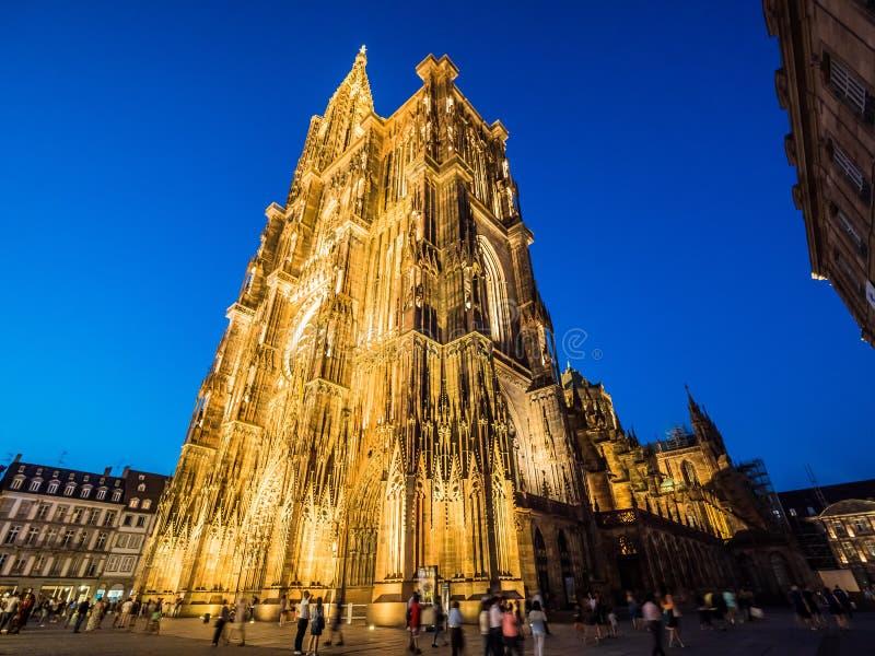 De Kathedraal van Straatsburg of de Kathedraal van Onze die Dame van Straatsburg bij nacht wordt verlicht De Elzas, Frankrijk stock afbeeldingen