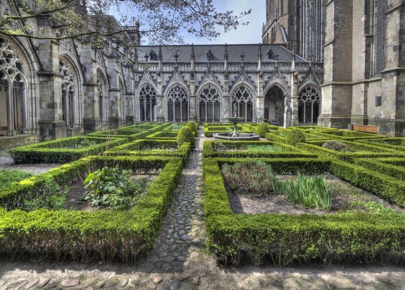 De Kathedraal van Utrecht van de kloostertuin royalty-vrije stock afbeelding