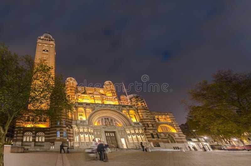 De Kathedraal van Westminster bij nacht in Londen stock foto
