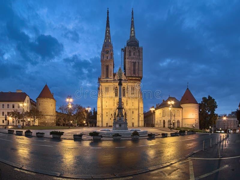 De Kathedraal van Zagreb bij dageraad, Kroatië royalty-vrije stock foto's