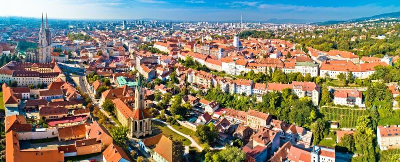 De kathedraal van Zagreb en hoger stads luchtpanorama stock afbeelding