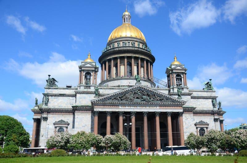 De Kathedraal in de zomer stock afbeeldingen