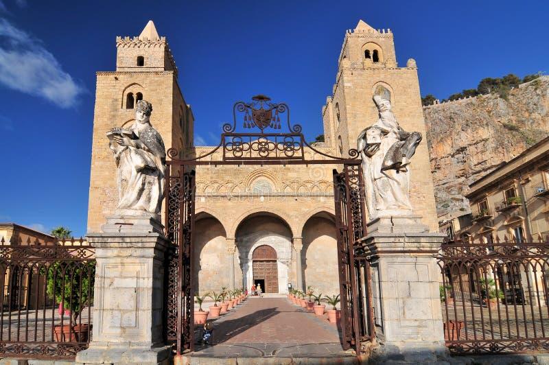 De Kathedraalbasiliek van Cefalu is een Rooms-katholieke kerk in Cefalu Sicilië zuidelijk Italië royalty-vrije stock afbeeldingen
