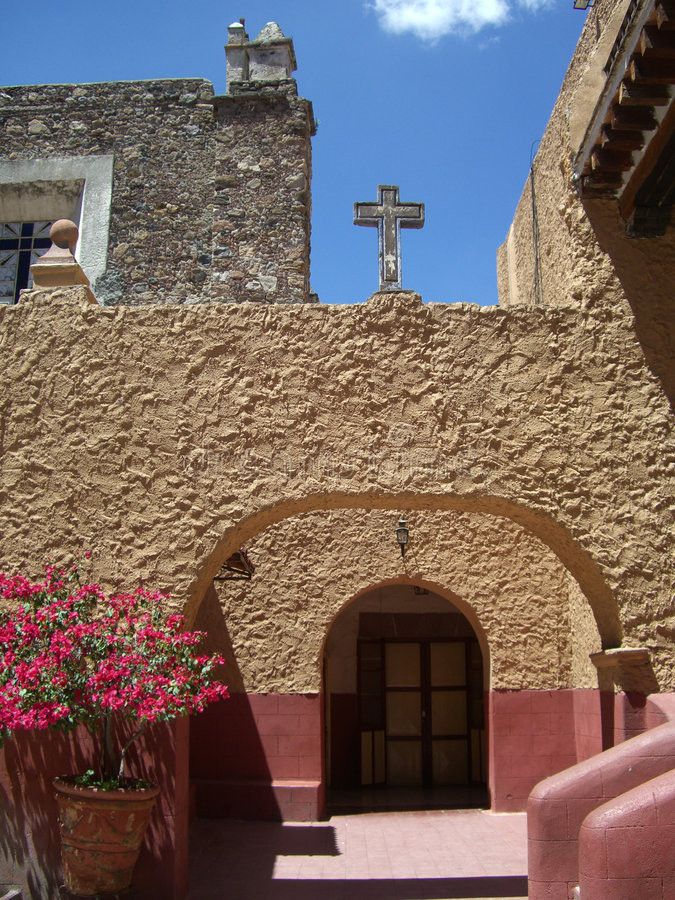 De katholieke Binnenplaats van de Kerk stock fotografie
