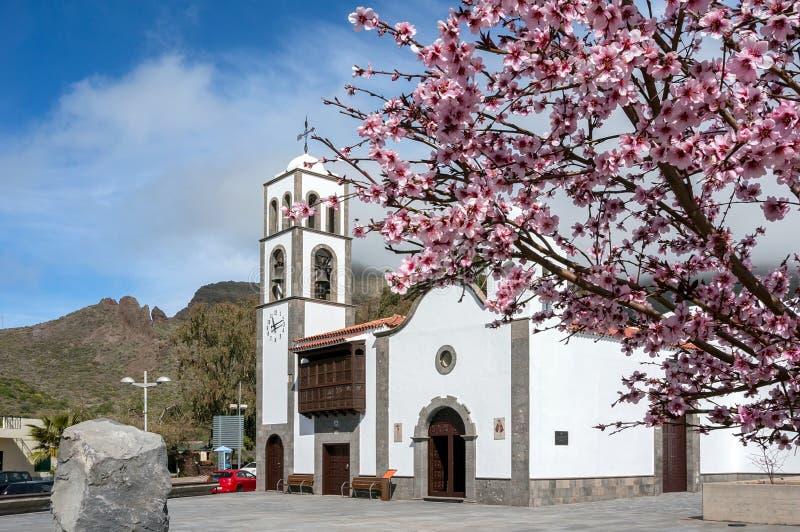 De Katholieke kerk Iglesia DE San Fernando Rey 1679 in de stad van Santiago del Teide royalty-vrije stock fotografie