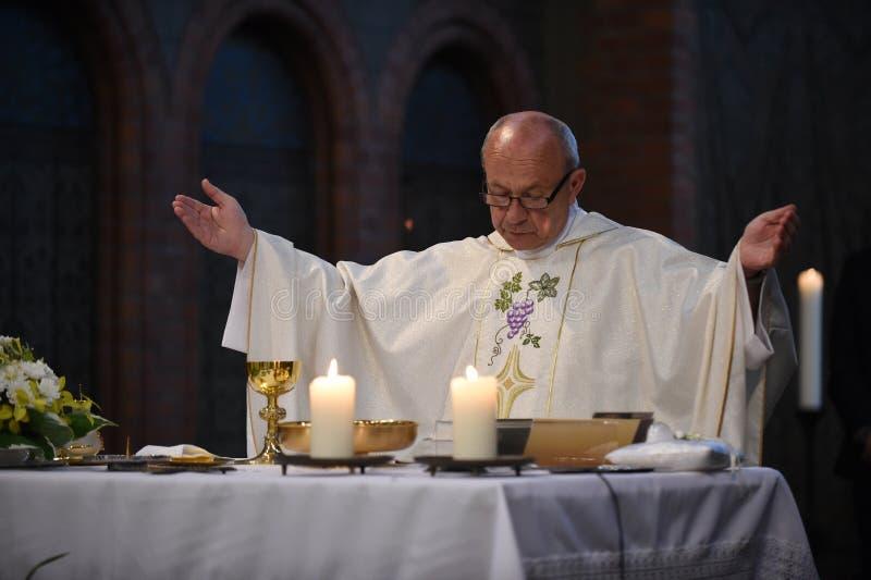 De katholieke priester zegt gebeden stock foto's