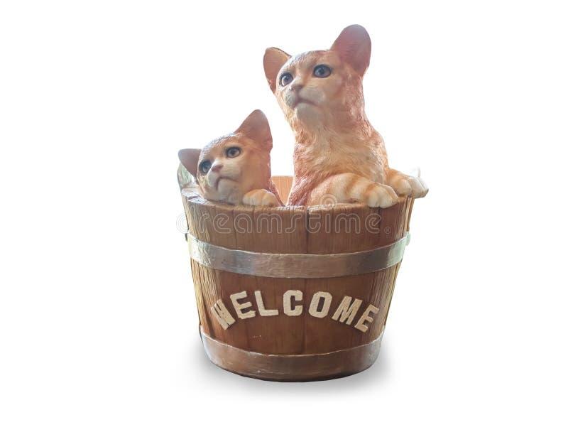 De kattenpoppen van ceramisch worden zijn in de mand, uitstekende die telefoon, op witte achtergrond wordt geïsoleerd gemaakt die stock foto